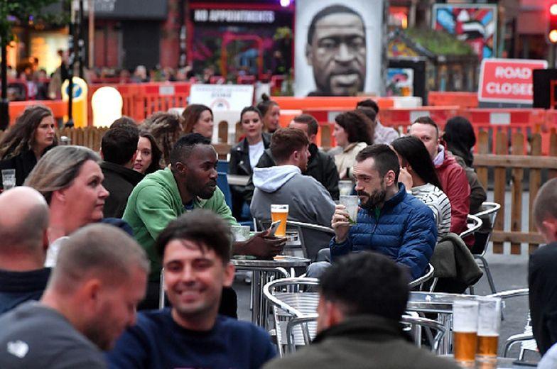 Wielka Brytania otworzyła puby. Epidemia koronawirusa natychmiast się wzmogła