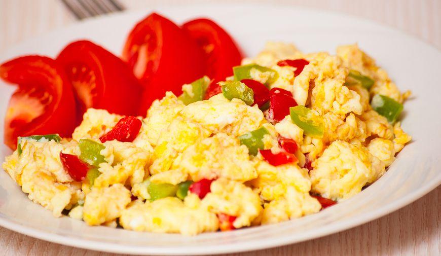 Jajecznica z kaszą jaglaną i warzywami