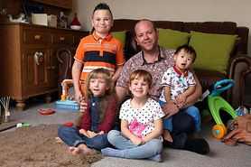Wychowuje 4 niepełnosprawnych dzieci. Jest super tatą (WIDEO)