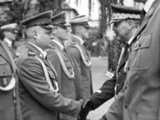 Ś.P. Marcin Szpyruk odbiera awans na starszego sierżanta z rąk Komendanta Stołecznego Policji