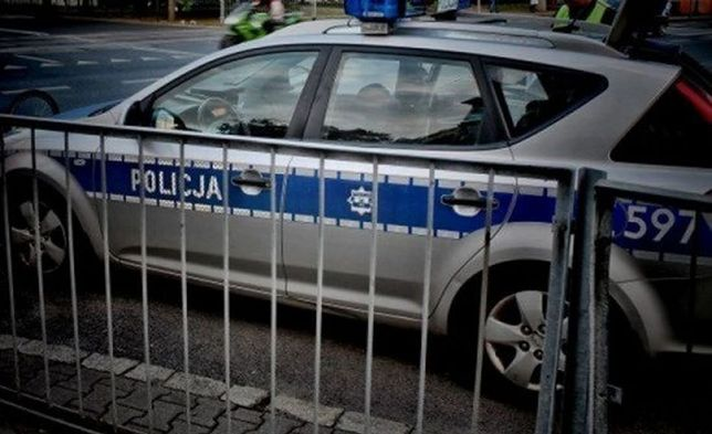 Niebezpieczny wypadek policjantki. Chciała wyminąć taksówkę, radiowóz dachował