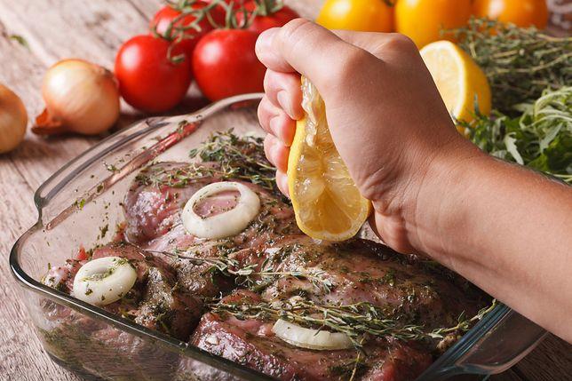 Marynowanie to technika sztuki kulinarnej. Jest to jeden z najstarszych, a zarazem najskuteczniejszych sposobów na długie i bezpieczne dla zdrowia przechowywanie jedzenia.