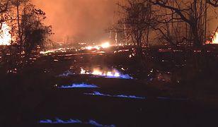 Niebieskie płomienie wyglądają imponująco pośród strumieni lawy