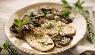 Pierś z kurczaka z pieczarkami to idealny pomysł na dietetyczny obiad.