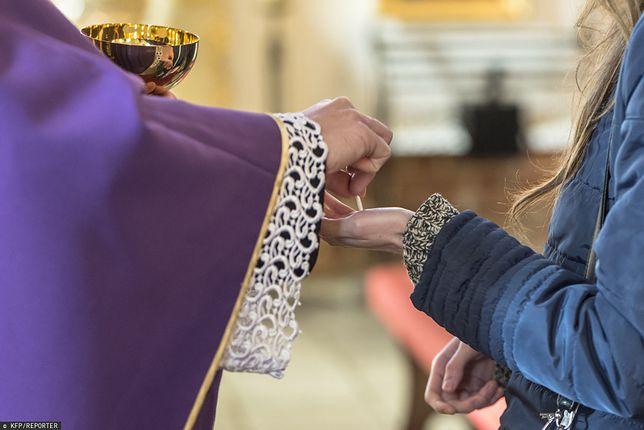 Episkopat Polski w 2005 r. dopuścił możliwość przyjmowania Komunii Św. na rękę