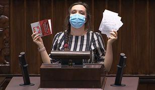 """Klaudia Jachira wyrwała kartki z konstytucji. Politycy oburzeni. """"Wstyd, co tutaj robicie"""""""