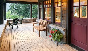 Drewniany taras gotowy na pełnię sezonu letniego