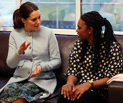 Księżna Kate już nie ukrywa brzuszka. Jasny płaszczyk wszystko odsłonił