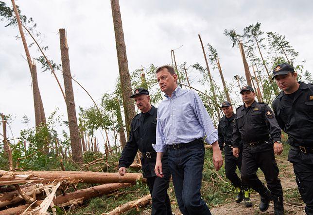 Mariusz Błaszczak odwiedza las  na Pomorzu po nawałnicy