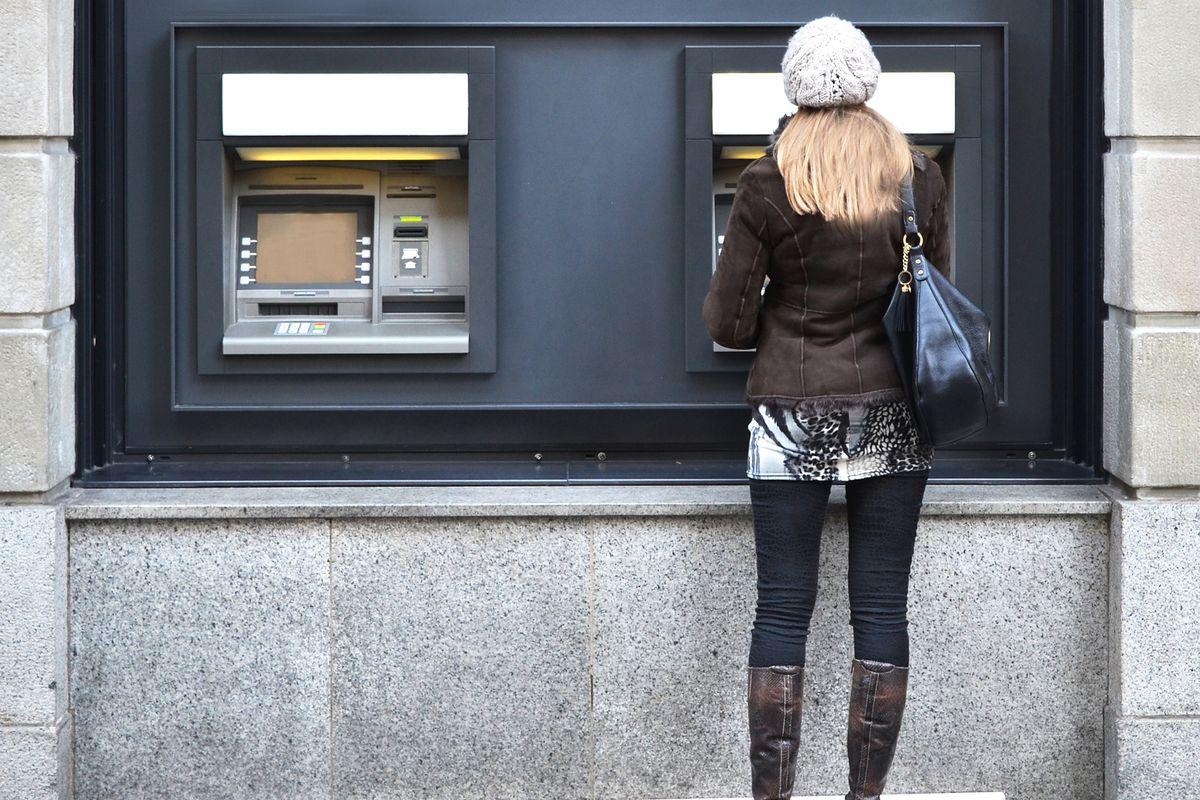 Bankomat wciągnął jej kartę. Reakcja przechodnia ją rozczuliła