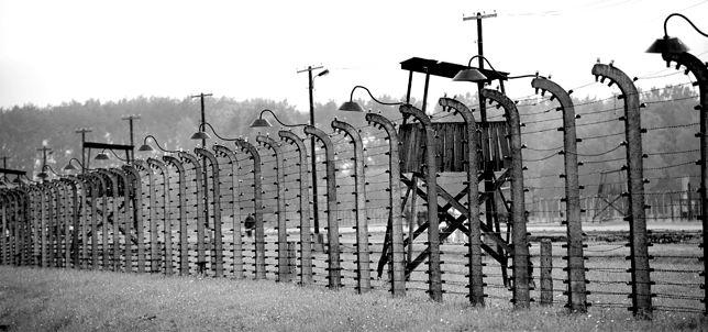 """""""Polskie obozy koncentracyjne"""" w niemieckim podręczniku"""