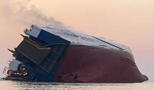 USA. Południowokoreański statek przechylił się na burtę.