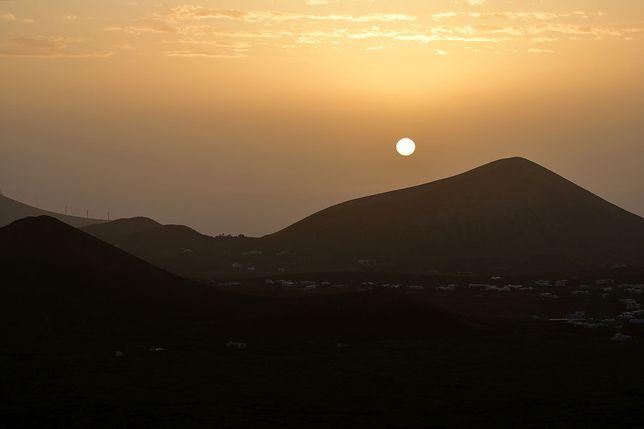 Tak z powodu kalimy wyglądał wschód słońca na Lanzarote (Wyspy Kanayjskie)