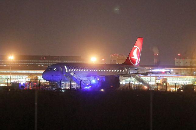 Samolot sprawdzany na lotnisku Okęcie w Warszawie