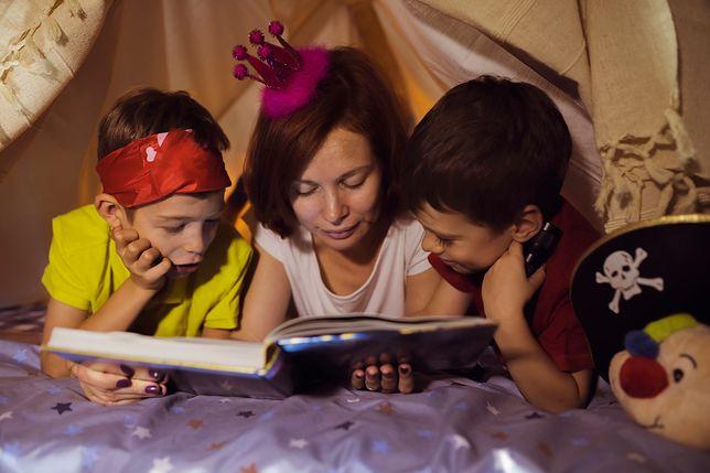 To rodzice pomagają najmłodszym odkryć fajne zabawy dla dzieci w domu