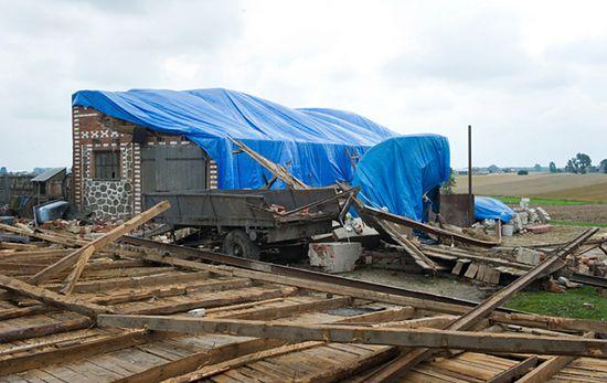 Zerwane linie, uszkodzone dachy domów  - nowe zdjęcia