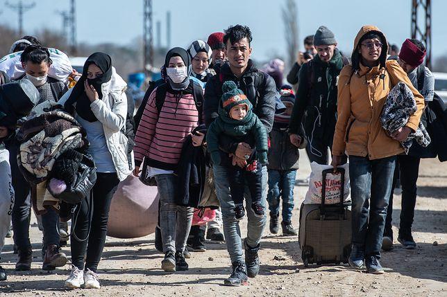 Migranci oczekujący na grecko-tureckiej granicy.