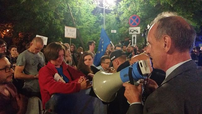 senator PO Bogdan Klich przemawia do protestujących