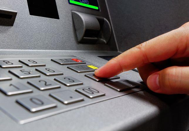 Kobieta wypłacała też pieniądze z bankomatów