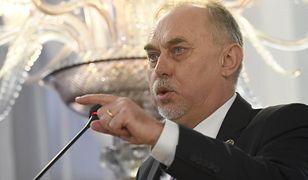 Poseł Janusz Sanocki twierdzi, że bramek w urzędzie być nie powinno