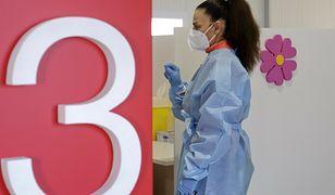 Włochy. 23-latka przedawkowała szczepionkę, teraz pije 7 litrów wody dziennie (zdjęcie ilustracyjne)