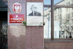Zniszczona tablica upamiętniająca Izabelę Jarugę-Nowacką. Wisi na ścianie ministerstwa