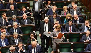 Beata Mazurek, Jarosław Kaczyński i Ryszard Terlecki wchodzą na salę obrad. Chwilę wcześniej zakończyła się minuta ciszy, którą posłowie uczcili pamięć  prezydenta Gdańska.