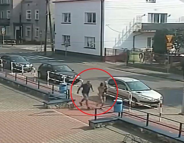 Mężczyzna ma ok. 40 lat, miał na sobie czarną koszulkę