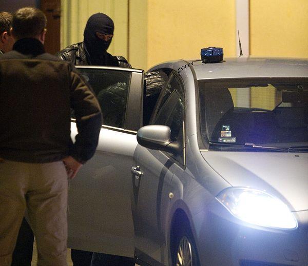 Policjanci wyprowadzają z sekcji aresztowań łódzkiego sądu, jednego z podejrzanych o zabójstwo byłego szefa policji gen. Marka Papały
