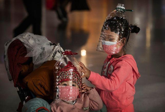 Chińskie dzieci nosżą maseczki z plastikowych butelek