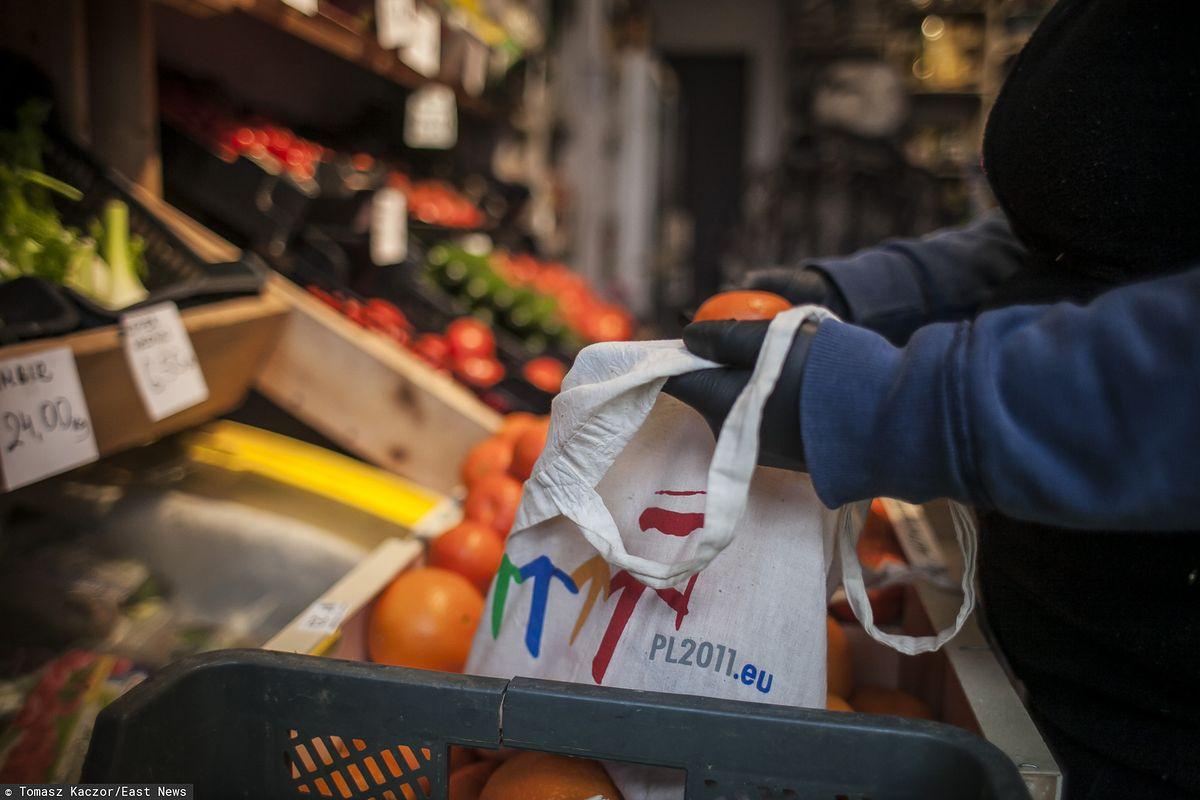 Koronawirus zmienił handel. Małe warzywniaki z dostawą pod drzwi wyprzedają zadławione markety