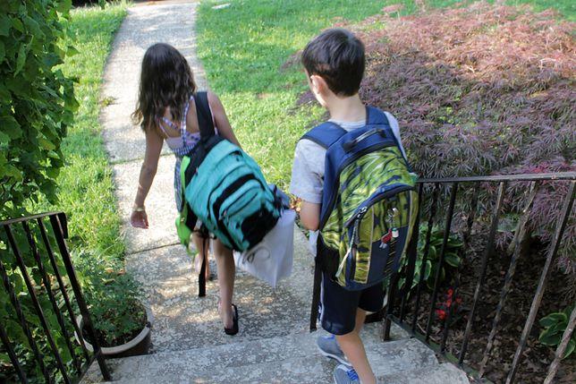 Rodzice kontrolują dzieci przez zegarki, opaski i smartfony
