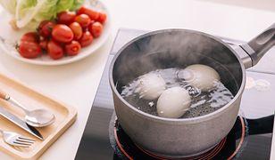 Co zrobić, by jajka nie pękały podczas gotowania? Sprawdzony patent