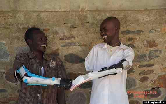 Daniel Omar (po prawej) wykonuje gest brofist