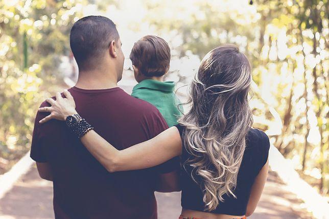 Kto decyduje się na ceremonię powitania dziecka w rodzinie?