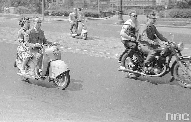 Motocykle i skutery na moście Poniatowskiego w Warszawie