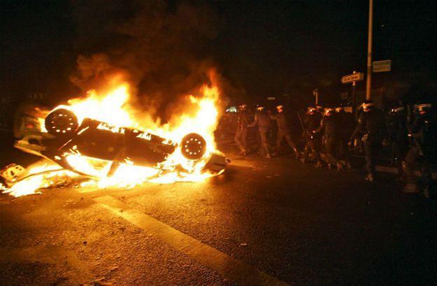 Płonący samochód w czasie zamieszek, które wybuchły w 2005 roku we Francji na zdominowanych przez muzułmańskich imigrantów przedmieściach
