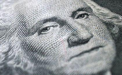 Dolar mocno traci na polityce Fed. Złoty w środku stawki światowych walut