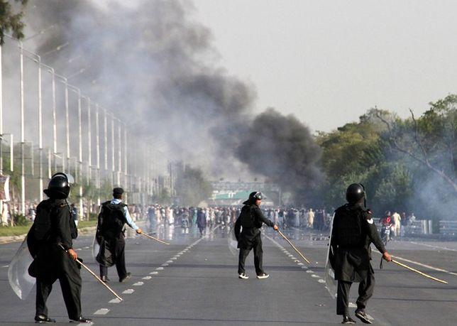 Protest przeciwko powieszeniu zabójcy gubernatora