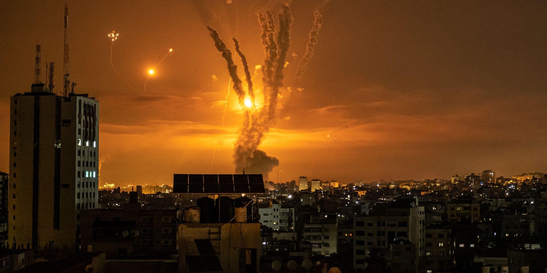 Rakiety wystrzelone z terytorium Strefy Gazy napotykają na antyrakiety Żelaznej Kopuły - systemu obronnego Izraela, 14.05.2021 r.