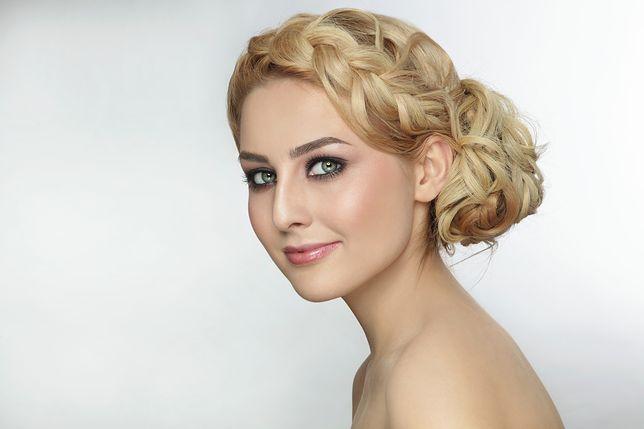 Kok z warkoczem to fryzura, która występuje w wielu odsłonach