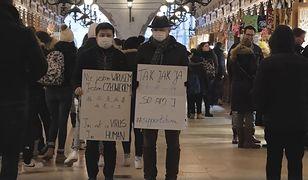 W filmie występuje mężczyzna w maseczce, z którym ramię w ramie stają mieszkańcy Krakowa