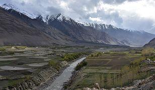 Rzeki rozdzielają ludzi z większą mocą niż najwyższe pasma górskie. Tak jest i w przypadku Pandżu