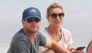Chris Hemsworth z żoną Elsą Pataky na plaży
