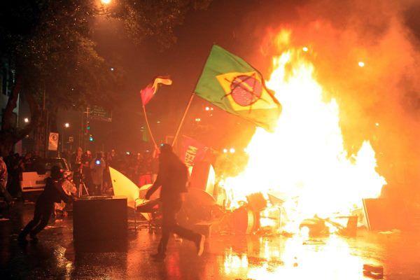 Starcia między grupą zamaskowanych manifestantów a policją