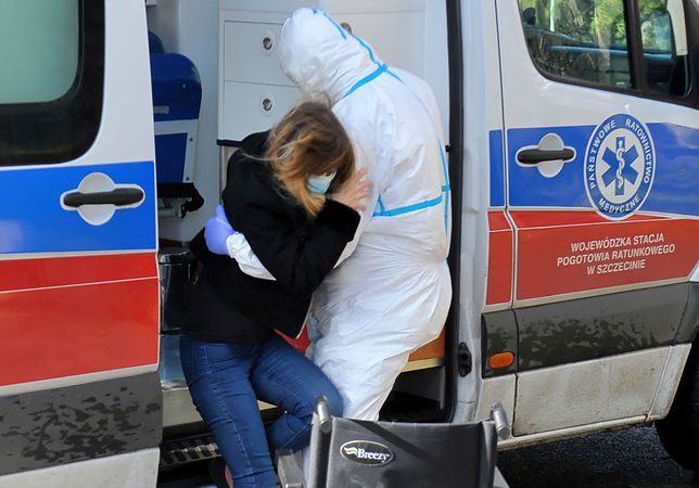 Koronawirus w Polsce. Transport pacjentki do szpitala w Szczecinie.