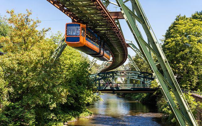 Podwieszana kolej w Wuppertalu funkcjonuje już od ponad stu lat i śmiało można powiedzieć, że jest to bardzo bezpieczny rodzaj transportu