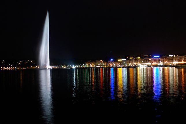 Fontanna Jet D'eau w Genewie nocą