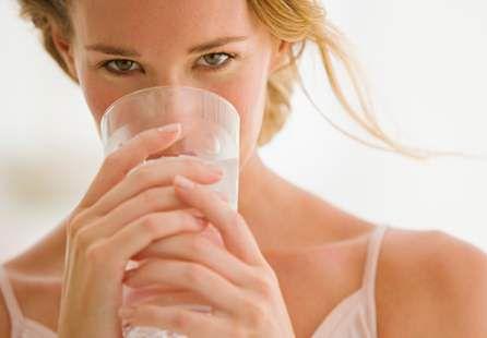 Pij wodę, najlepiej z cytryną