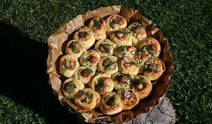 Pyszna przekąska z piekarnika. Francuskie roladki z parówką i serem